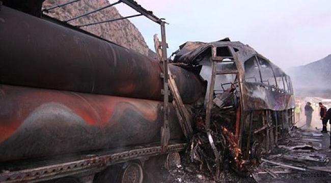 Yolcu otobüsü park halindeki TIR'a çarptı: Ölü ve yaralılar var