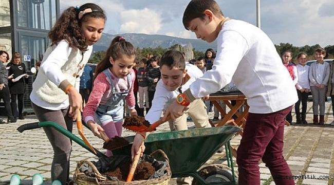 Buca'nın Çocukları Toprağa Dokunuyor