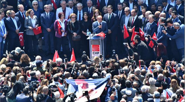 CHP Genel Başkanı Kemal Kılıçdaroğlu'na Yapılan Saldırıyı İzmirliler Konak Meydanı'nda Protesto Etti