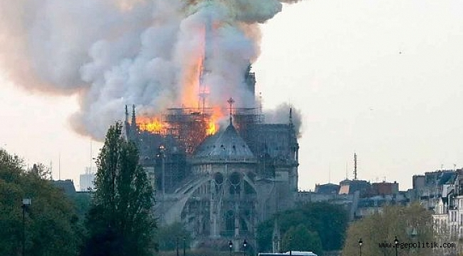 Notre Dame Katedrali'nde Yangın