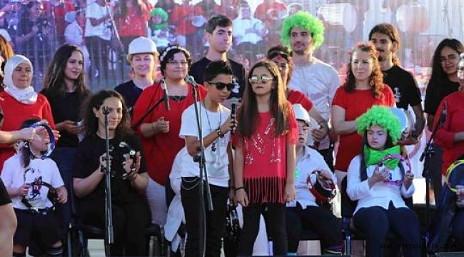 Bayraklı'da Gençler Bağımsızlık Meşaleleriyle Karanlığı Aydınlattı
