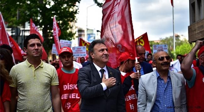 Bornova Belediye Başkanı Dr.Mustafa İduğ 1 Mayıs'ta İşçilerle Birlikte Yürüdü