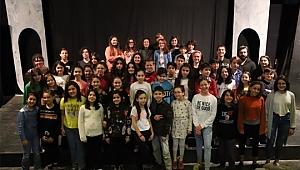 Bornovalılar Tiyatroya, Bağışlanan Kitaplar Köy Okuluna