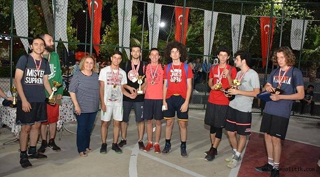 37. Sokak Basketbolu Turnuvası Şampiyonları Ödüllerini Aldı