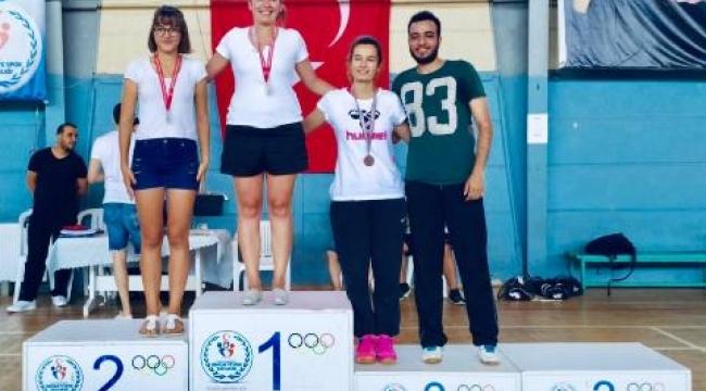 Badminton'da Madalyalar Çiğli Belediyesi'nin