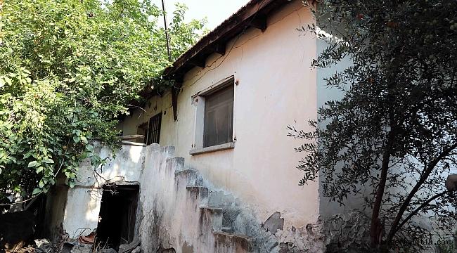 BAYRAKLI'DA METRUK BİNAYA GEÇİT YOK