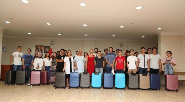 Bayraklı'da Üniversiteli gençlerin valiz sevinci