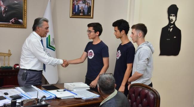 Okul başkan adayı vaatleri için  belediye başkanından destek istedi