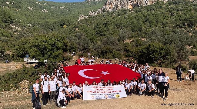 Buca'nın gençlerinden İzmir'in dağlarında cumhuriyet yürüyüşü