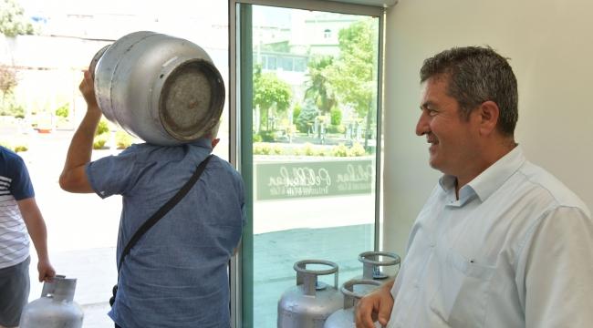 Çiğli'de bayram öncesi vatandaşa tüp ve gıda desteği