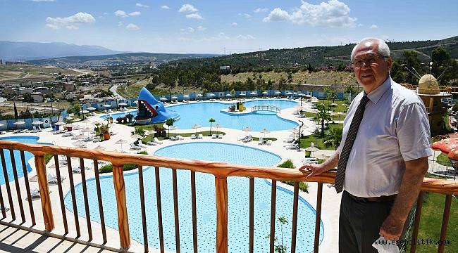 Karabağlar Belediyesi'nin yüzme havuzuna yoğun ilgi
