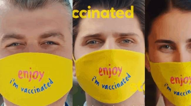 Hükümetten 'güvenli turizm' reklamı: Çalışanlar, 'Aşılandım' yazılı maske takıyor