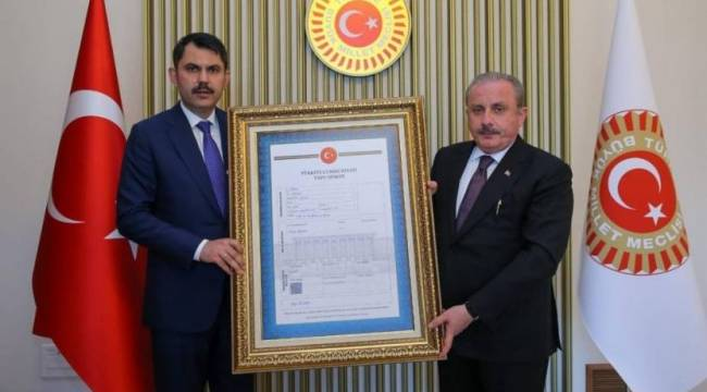 Bakan Kurum, Şentop'a Meclis'in tapusunu verdi