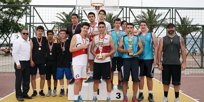 Turnuvanın şampiyonları kupayı Ata'ya armağan etti